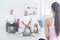 Les personnes âgées s'asseyant sur des boules Photo stock