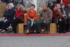 Les personnes âgées sur le banc, se reposant et causant Photographie stock