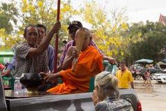 Les personnes âgées thaïlandaises célèbrent le festival de Songkran ou la nouvelle année thaïlandaise photos stock