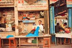Les personnes âgées travaille le travail avec la boutique d'intérieur de textile de la rue du marché Photographie stock libre de droits