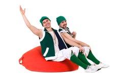 Les personnes amicales se sont habillées comme des gnomes ont l'amusement et apprécient, d'isolement sur le blanc Image libre de droits