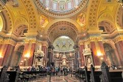 Les personnes anonymes ont pris la photo à l'intérieur de la basilique de St Stephen dans le bourgeon Photos stock
