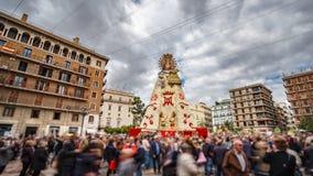 Les personnes brouillées visitent la plaza vierge à Valence, laps de temps banque de vidéos