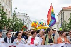 Les personnes célèbres de la politique dans le défilé gai serrent des membres Images libres de droits