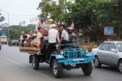 Les personnes cambodgiennes sur le tracteur ou le chariot pour vont au lieu de travail image stock