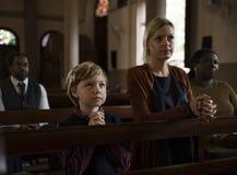 Les personnes d'église croient la famille religieuse de foi photos stock