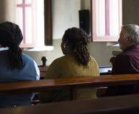 Les personnes d'église croient la prière religieuse de foi photographie stock libre de droits