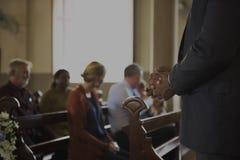 Les personnes d'église croient le concept religieux de foi photographie stock libre de droits