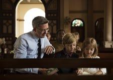 Les personnes d'église croient le concept religieux de foi Image libre de droits
