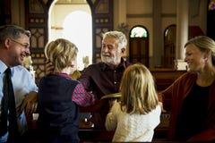 Les personnes d'église croient le concept religieux de foi Photographie stock
