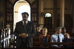 Les personnes d'église croient le concept religieux de foi Images libres de droits
