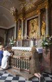 Les personnes d'Unidentify prient à la photo sainte de la mère de Dieu, porte de DawnView de la porte de l'aube (le Brama d'Ostra Images stock