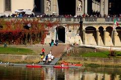 Les personnes de bateau près d'Arno River Photographie stock libre de droits