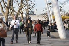 Les personnes de bureau flânent le long du Southbank de la Tamise dans l'ev Photographie stock libre de droits