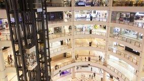 Les personnes de centre commercial trafiquent et laps de temps de mouvements d'ascenseur banque de vidéos