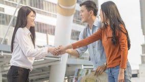 Les personnes de couples de voyageur emploient la carte locale générique et parlent avec des advis Photo stock