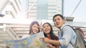 Les personnes de couples de voyageur emploient la carte locale générique et parlent avec des advis Photos stock