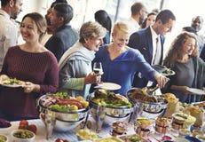 Les personnes de diversité apprécient le concept de partie de buffet photo libre de droits