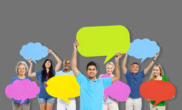 Les personnes de diversité tenant le discours coloré bouillonnent concept Photographie stock