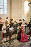 Les personnes de festival de Dickens font le chant de Noël de musique Photographie stock