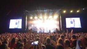 Les personnes de foule au concert, jeunesse de sort font des photos et des vidéos au téléphone portable sur le festival de roche  banque de vidéos