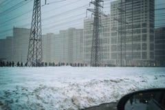 Les personnes de mauvais temps de personnes d'heure de pointe vont travailler la réalité lourde de tempête de neige de neige de n photo libre de droits