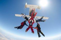 Les personnes de parachutisme sautent de l'avion Image libre de droits