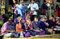 Les personnes de Phu Tai reposent et mangent le petit déjeuner après s'associent au Fe de jour de phutai Images stock