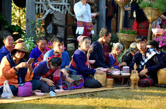 Les personnes de Phu Tai reposent et mangent le petit déjeuner après s'associent au Fe de jour de phutai Photo stock