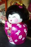 Les personnes de port de voyageurs de kimono de poupée japonaise en démonstration à souven Photo libre de droits