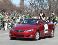 Les personnes de salutation de Mlle Indianapolis Colleen Finn au jour de St Patrick annuel défilent Photographie stock libre de droits