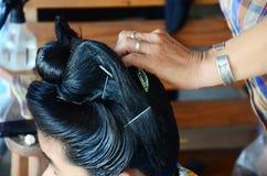 Les personnes de Tai Dam faisant la coiffure et composent la coiffure noire de Tai Photo libre de droits