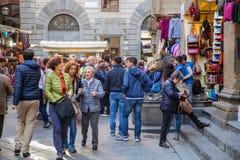 Les personnes de touristes visitent le verrat grand pour la main d'utilisation pour le contact son bruit Images stock