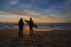 Les personnes de vague déferlante d'aube ont silhouetté Photographie stock