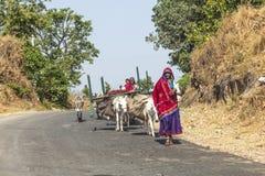 Les personnes de village se déplacent avec tout leur Photo stock
