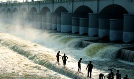 Les personnes de visite jouent dans le barrage âgé grand de Kallanai ont construit par chola de karikala de roi avec la pierre de photographie stock