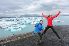 Les personnes de voyage couplent avoir l'amusement sautant sur l'Islande Images stock