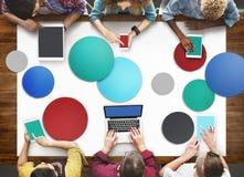 Les personnes diverses remettent Team Busy Devices Concept images libres de droits