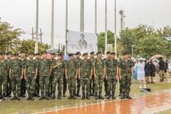 Les personnes en deuil thaïlandaises prennent la photo après cérémonie de deuil de roi Images libres de droits