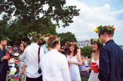 Les personnes gaies célèbrent la soirée de milieu de l'été Photographie stock libre de droits