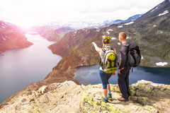 Les personnes heureuses détendent en falaise pendant le voyage Norvège Région de Bessegen Tonalité de la photo Photos stock