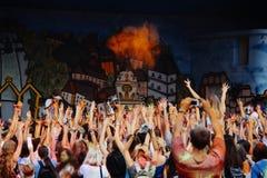 Les personnes heureuses groupent avoir l'amusement à l'étape au fest de holi, festival de Photos stock