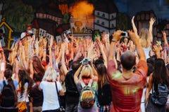 Les personnes heureuses groupent avoir l'amusement à l'étape au fest de holi, festival de Images stock