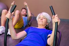 Les personnes heureuses pluses âgé font des pilates dans le club de sport Photographie stock libre de droits