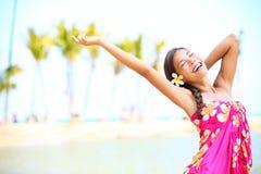 Les personnes heureuses sur la plage se déplacent - femme dans des sarongs photographie stock