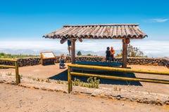 Les personnes inconnues visitent le point de vue au-dessus des nuages en parc national de Teide dans Ténérife, Espagne Image libre de droits