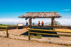 Les personnes inconnues visitent le point de vue au-dessus des nuages en parc national de Teide dans Ténérife, Espagne Image stock