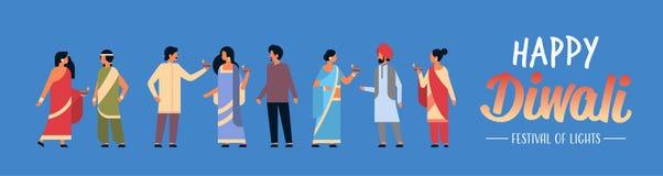 Les personnes indiennes de diwali heureux groupent les vêtements traditionnels nationaux de port tenant la célébration indoue de  illustration libre de droits