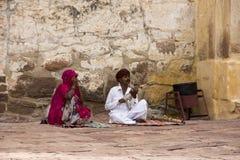 Les personnes indiennes jouent l'instrument traditionnel photos libres de droits