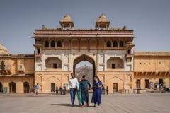 Les personnes indiennes marchent dans le fort ambre, Jaipur, Inde Photographie stock libre de droits